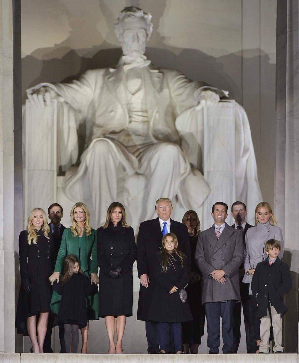 Le début d&#39;une télé réalité, on n&#39;a eux le droit au générique! #TrumpPresident #LOL #Why <br>http://pic.twitter.com/3EivdjGyxc