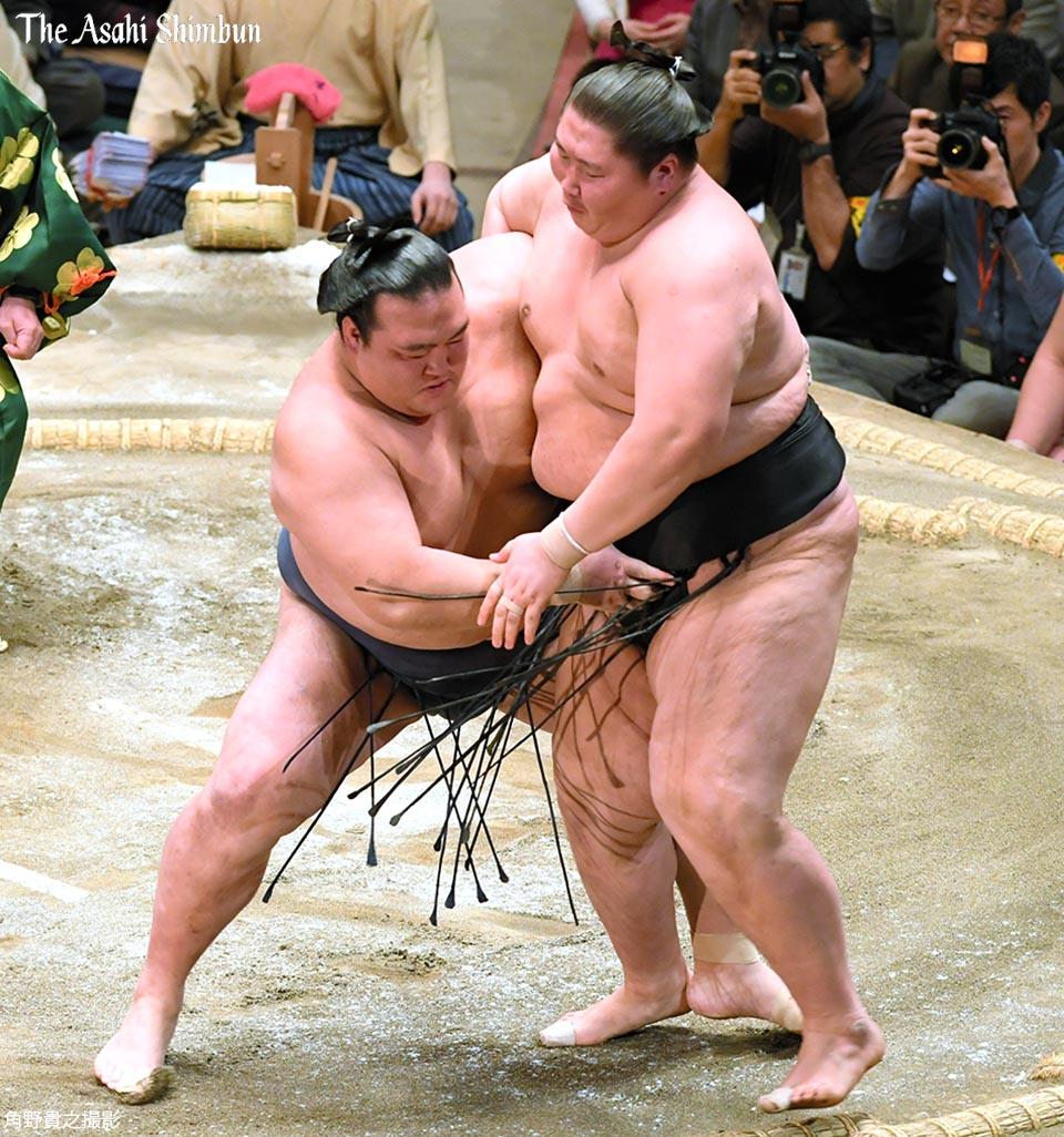 t.asahi.com/mrvm 大相撲初場所14日目、大関稀勢の里が初優勝です。逸ノ城を寄り切りで…