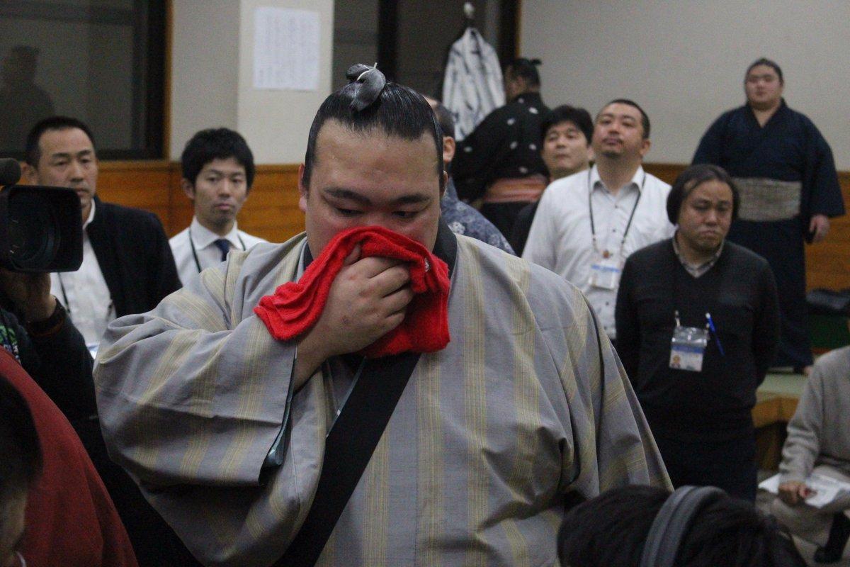 <稀勢の里初優勝!>優勝を決めた稀勢の里、支度部屋での様子。 #sumo https://t.co/vBsaVp7rih