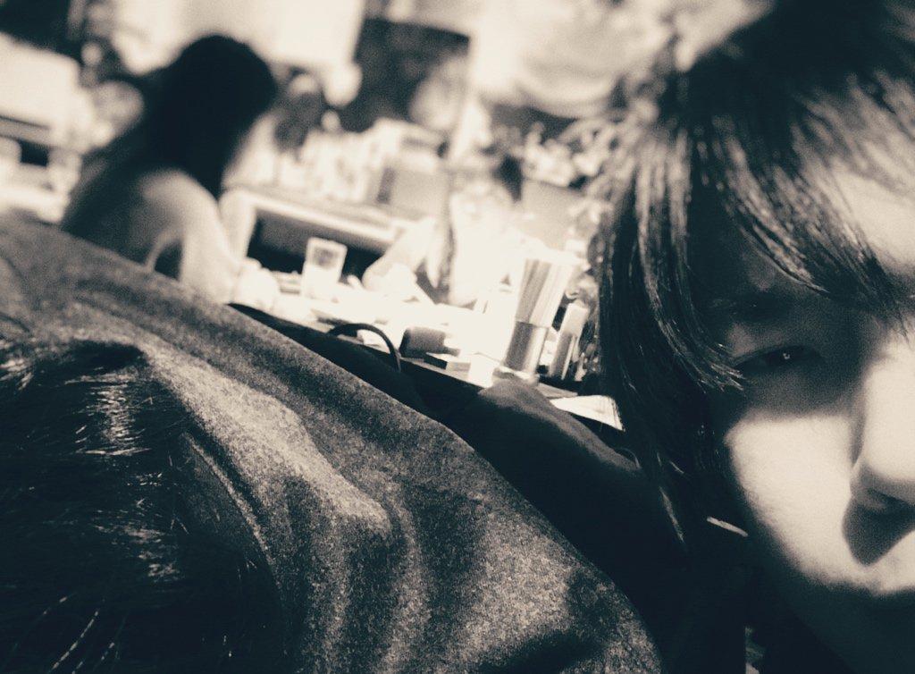 数日前のこと 酔っ払いの俺(右)と 寝るwowaka(左)と 笑う米津(画面外)と 見守るルシュカ(画面外) https://t.co/pEeXmhzaVL
