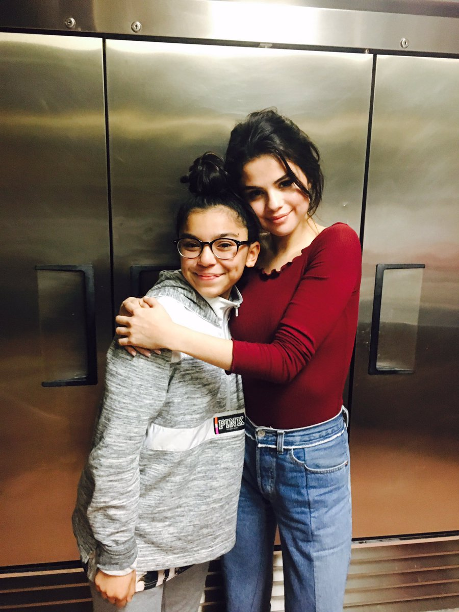 Nuevas fotos de Selena con una fan 😍❤ #Selenators #BestFanArmy #iHeartAwards
