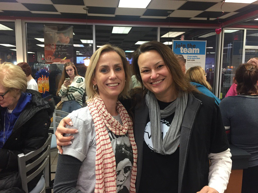 Awesome predawn meeting with a dear friend and fellow @nysut member. Serendipity. #TT2DC #WomensMarch https://t.co/IvJJEzmxhI