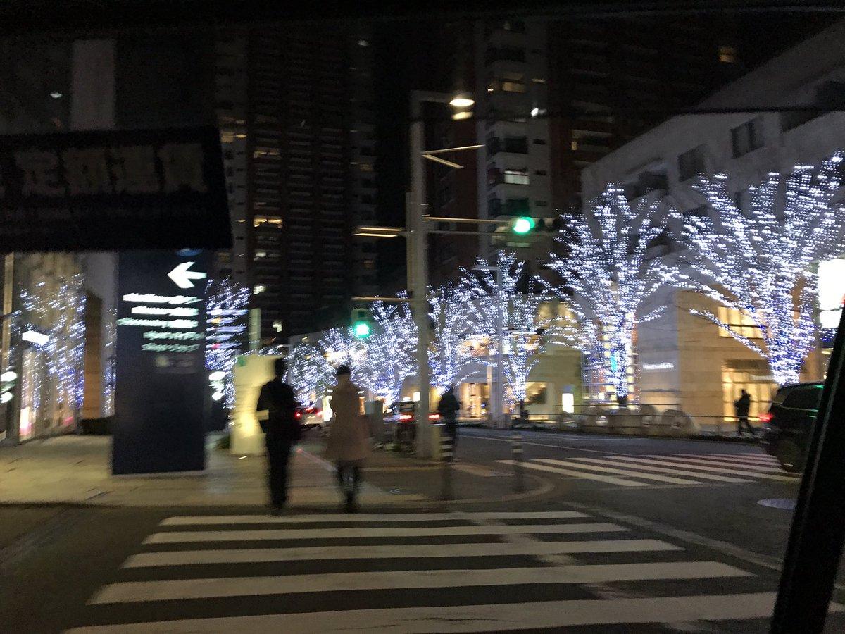 タクシーから見る欅坂。 イルミ綺麗やなぁ。 本日はこれから事務所で撮影どす。