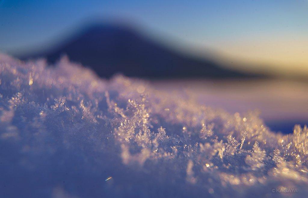 今朝も晴れた空からダイヤモンドダストが降っていました。黒紙の上にダイヤモンドダストをつかまえたら、まるで星空のようになりました。(北海道にて。2枚目はiPhoneで撮影) pic.twitter.com/ncmnFYppWH