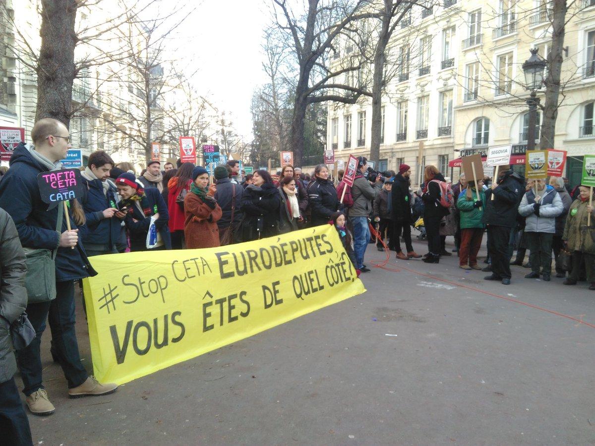 Mobilisation citoyens vs. lobbies : si le #CETA passe, le #climat trépasse!  https://www. google.fr/amp/www.libera tion.fr/amphtml/planete/2016/09/20/si-le-ceta-passe-l-accord-de-paris-sur-le-climat-trepasse_1504195?client=ms-android-wiko &nbsp; … <br>http://pic.twitter.com/G3XIE2QGgM