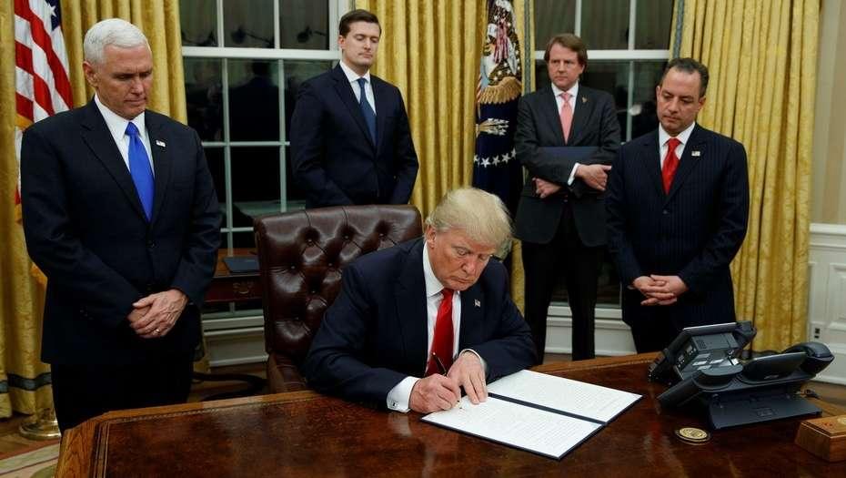 Donald Trump, firmó el mismo día de su asunción un decreto contra el s...