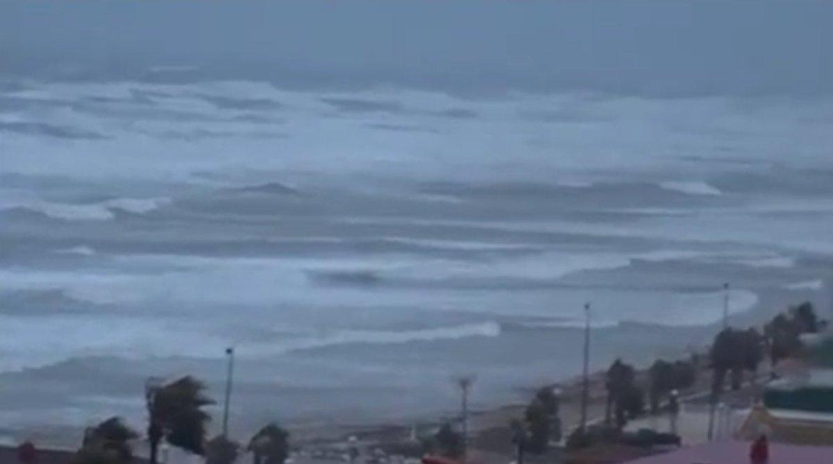 Pour cette région d&#39;Espagne, on attend cette nuit les plus grosses vagues depuis 20 ans #déferlement #Valencia #Ibiza #Majorque #Minorque<br>http://pic.twitter.com/hqDpQvpGt4