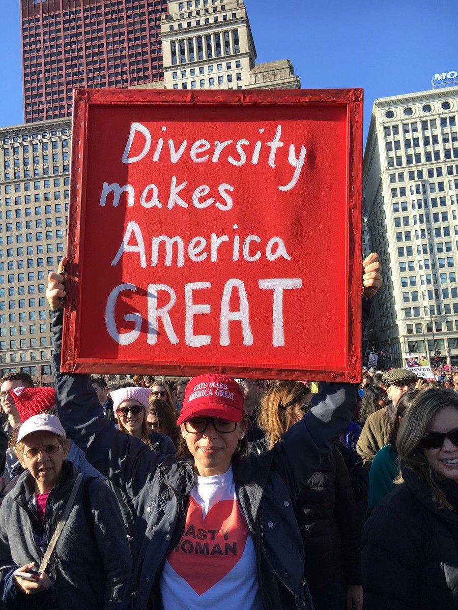 シカゴでも女性大行進への参加者が集まっています。「多様性がアメリカを偉大にする」と掲げています。