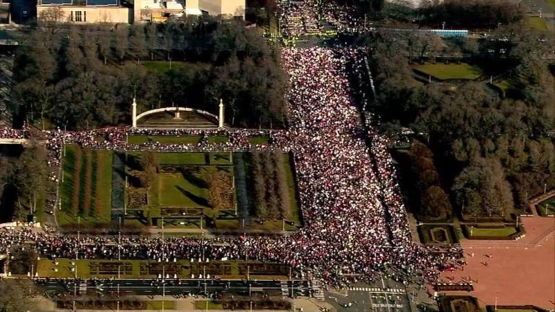 Overhead of the #WomensMarch in Chicago (150,000+), a nice visual reminder of a real populist movement looks like. https://t.co/CGn1jnzNE6
