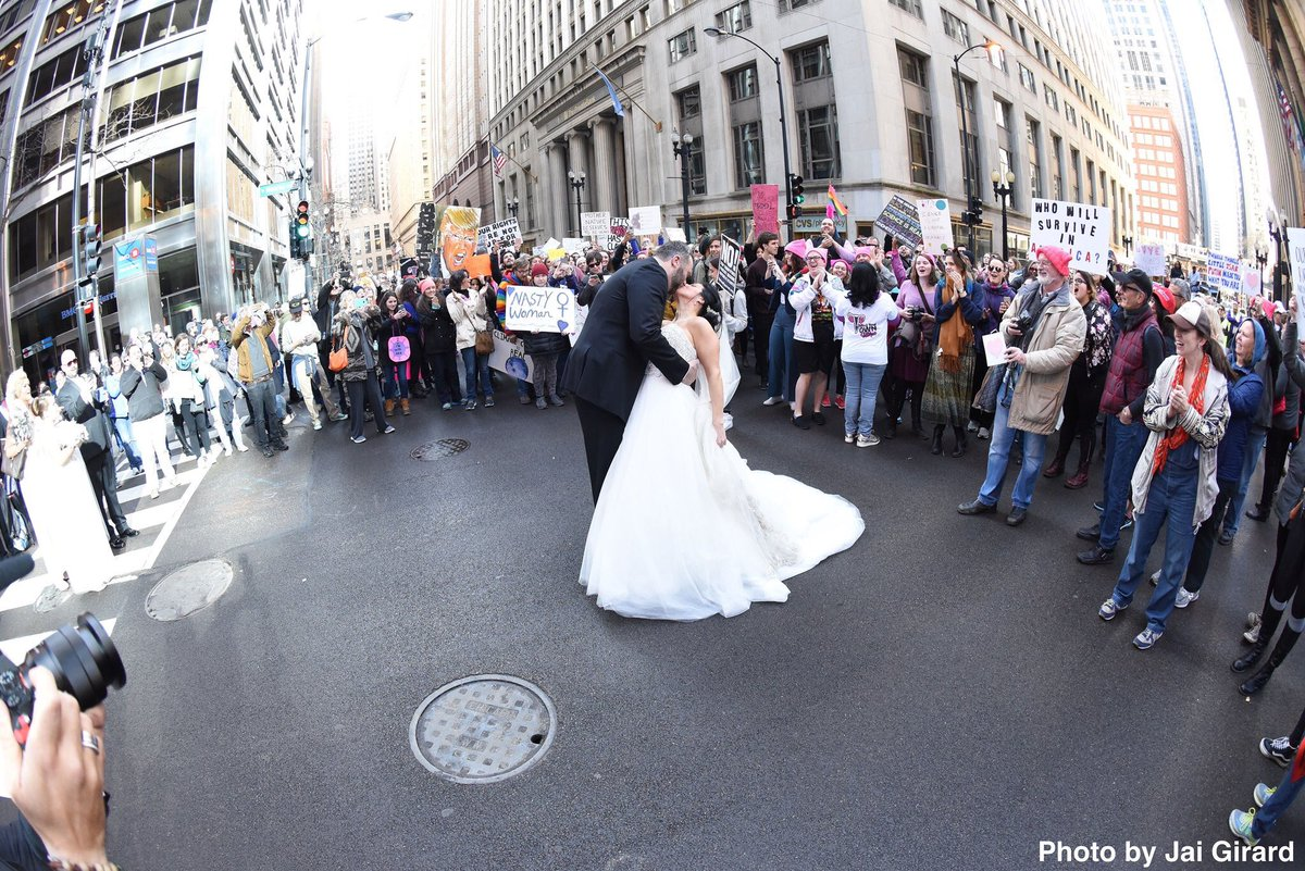 Chicago couple snaps their wedding photos amid Women's March: https://...