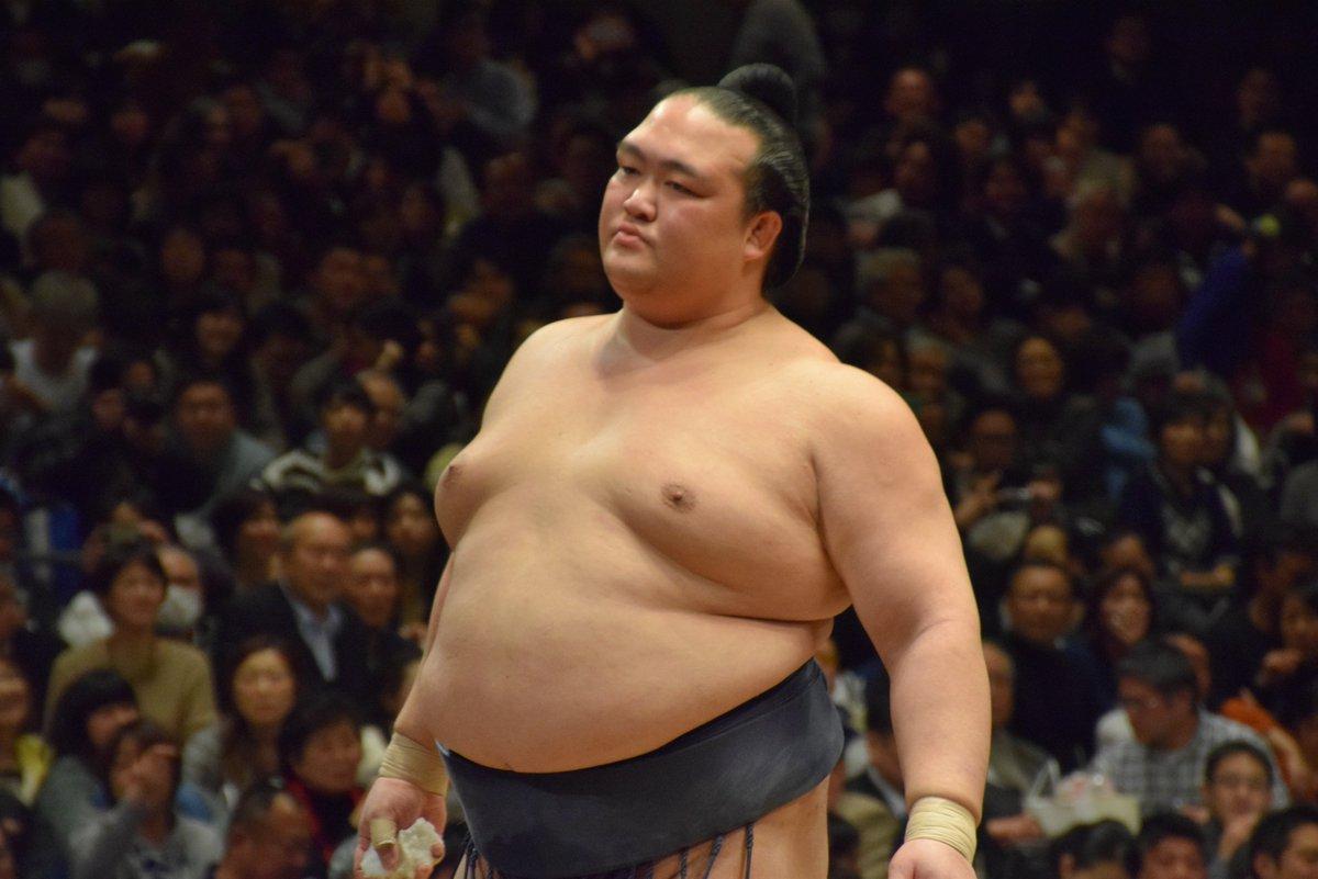 <十四日目の様子>稀勢の里の塩まき。稀勢の里 寄り切り 逸ノ城。#sumo