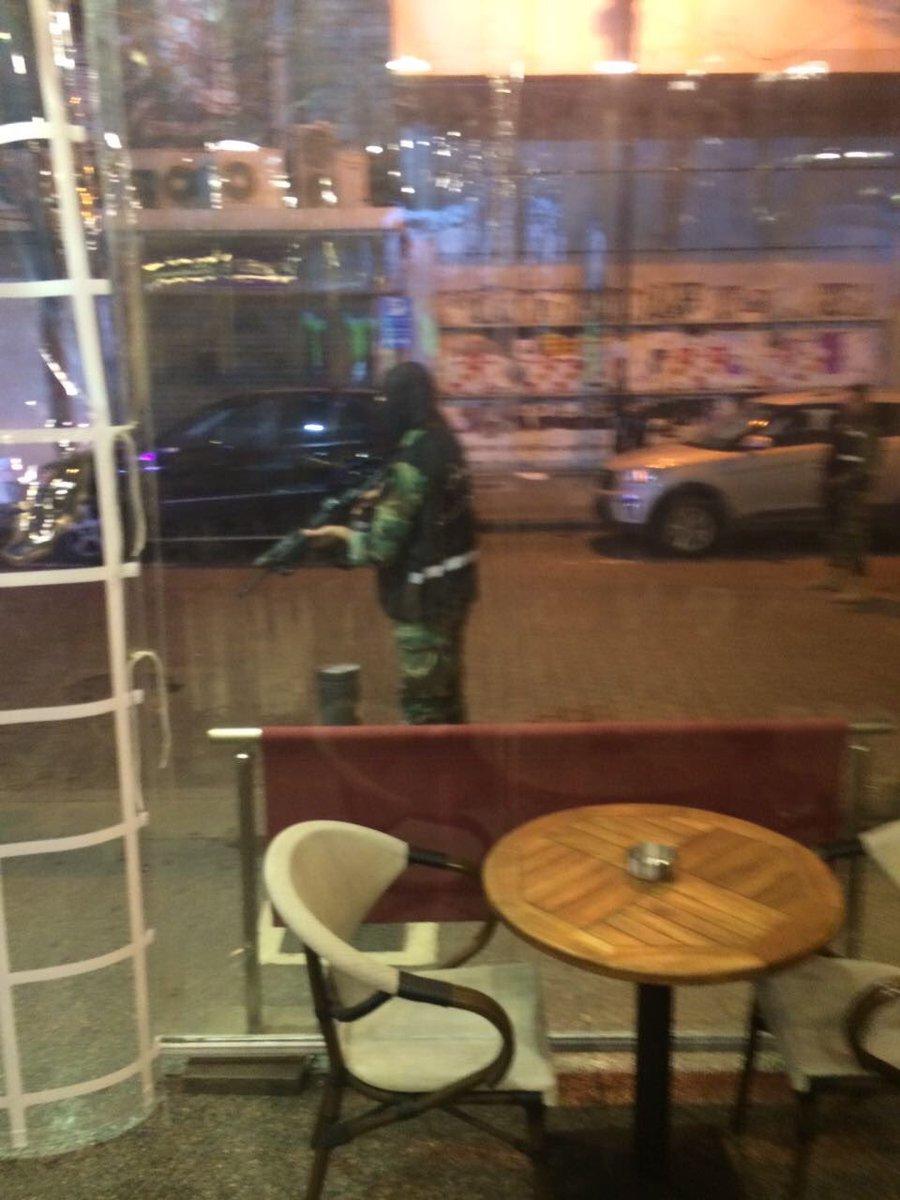 #BreakingNews&#39;#Liban: La Police a arrêté 1 kamikaze à #Hamra alors qu&#39;il entrait dans un café et s&#39;apprêtait à se faire exploser.&quot;#BREAKING <br>http://pic.twitter.com/MGBFZ2geZq