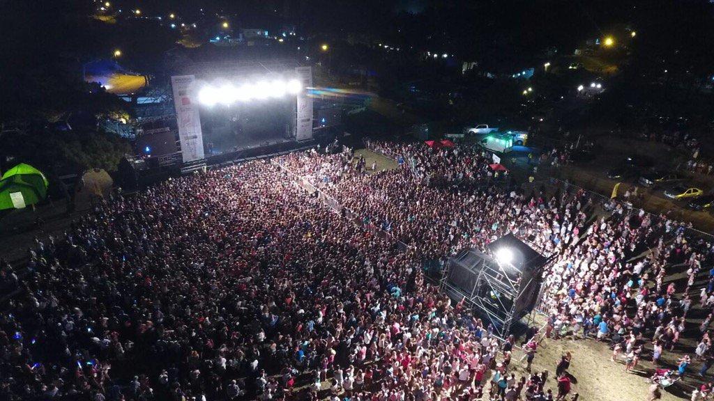 Pinamar. Recital de @laliespos ante una multitud. Foto @dronmardelplata https://t.co/vebwofBlWB
