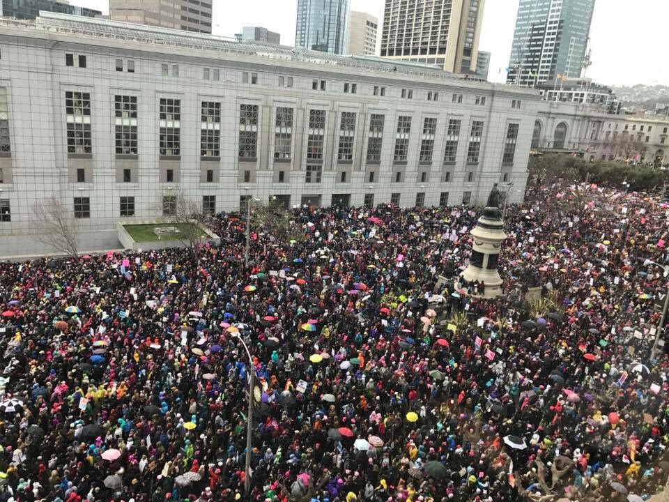 Hello to the masses on our front steps! #WomensMarchSF #WomensMarch #CivicCenter https://t.co/xw63hNDip3