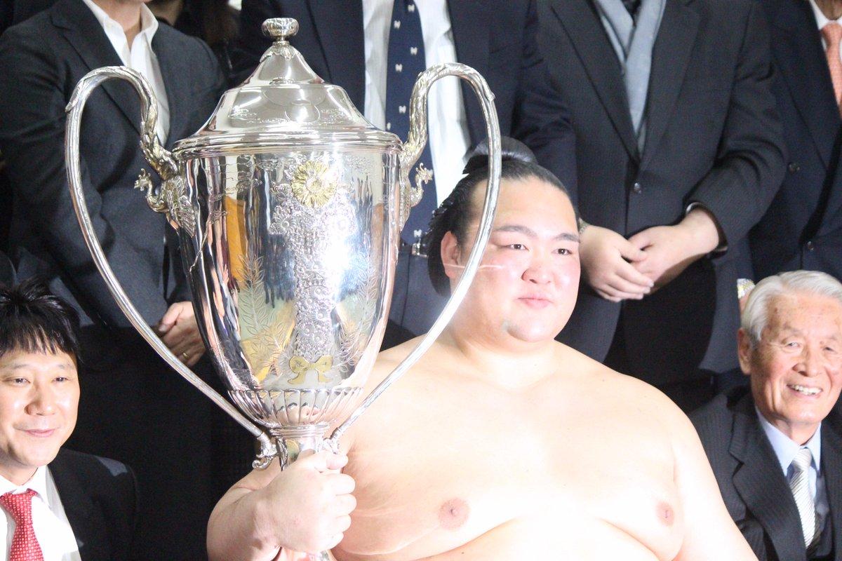 <千秋楽の様子>賜杯を手に、微笑む稀勢の里。#sumo