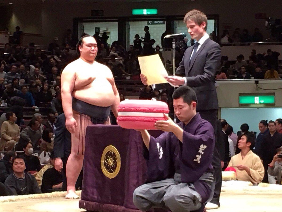 東京・両国国技館で行われた大相撲初場所で、初優勝を決めた大関・ #稀勢の里 に、在日フランス大使館ポ…