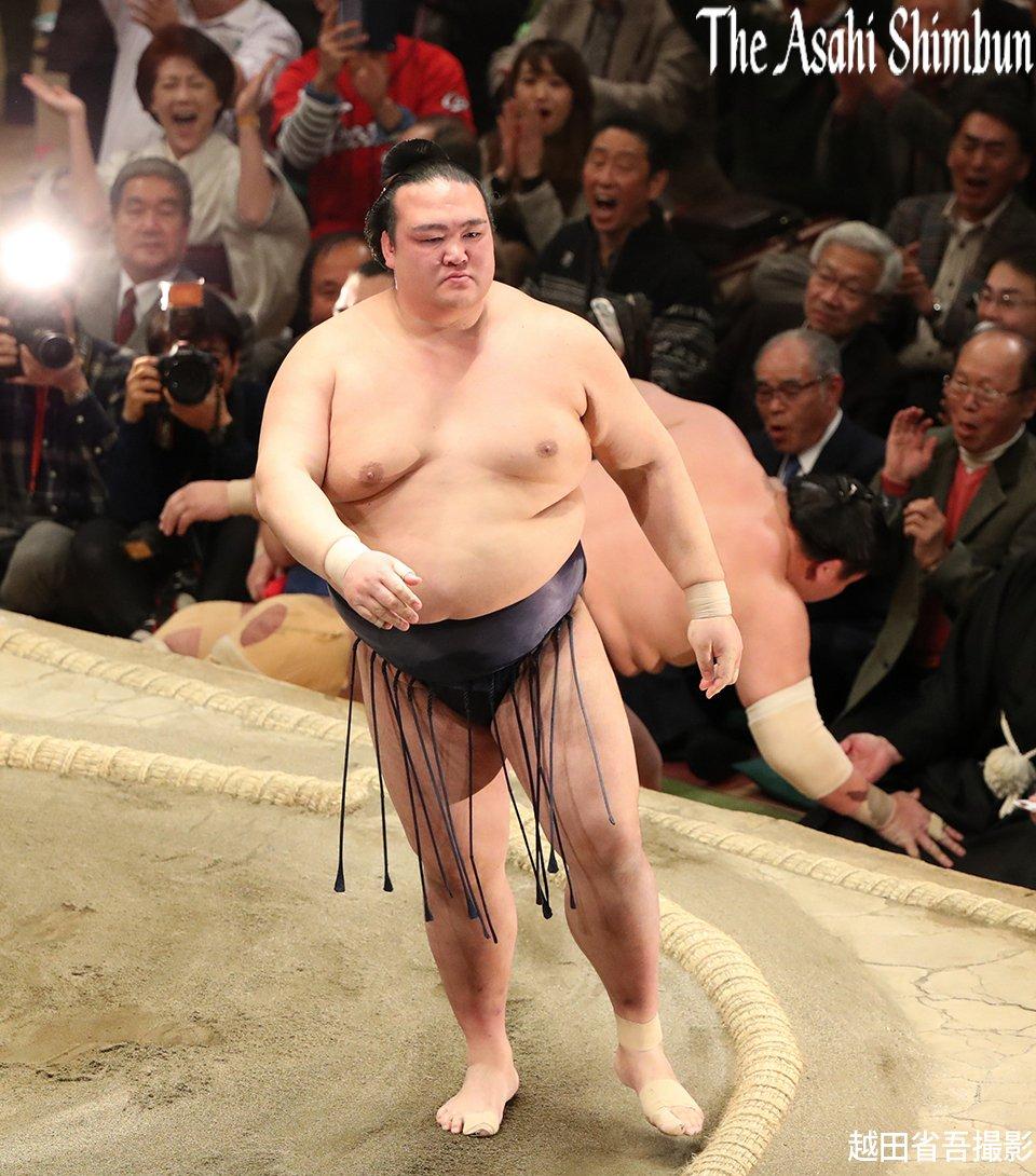 t.asahi.com/ms2i #大相撲 初場所千秋楽、白鵬をすくい投げで破った稀勢の里です。(直…