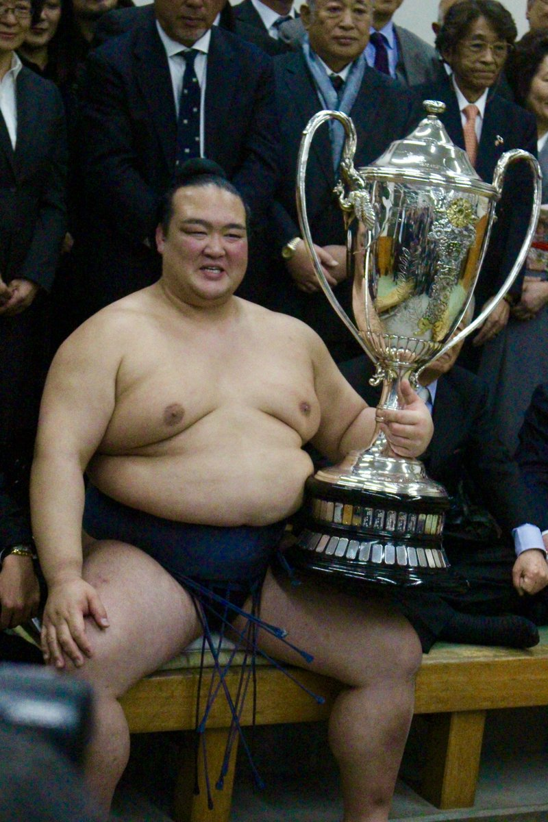 <千秋楽の様子>賜杯を手に笑顔の稀勢の里。#sumo