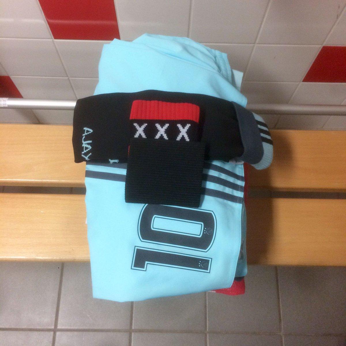 The dressing room. #Ajax speelt met rouwbanden vanwege het overlijden...