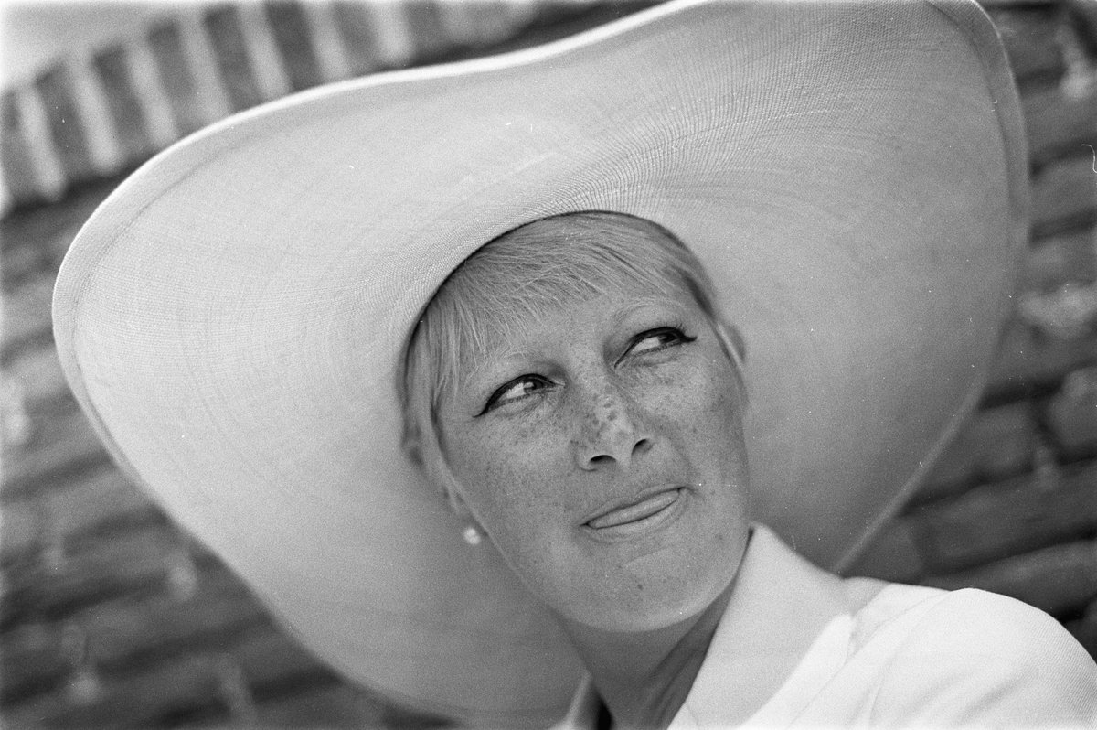 Actrice en cabaratiére Adèle Bloemendaal (84) overleden https://t.co/5...