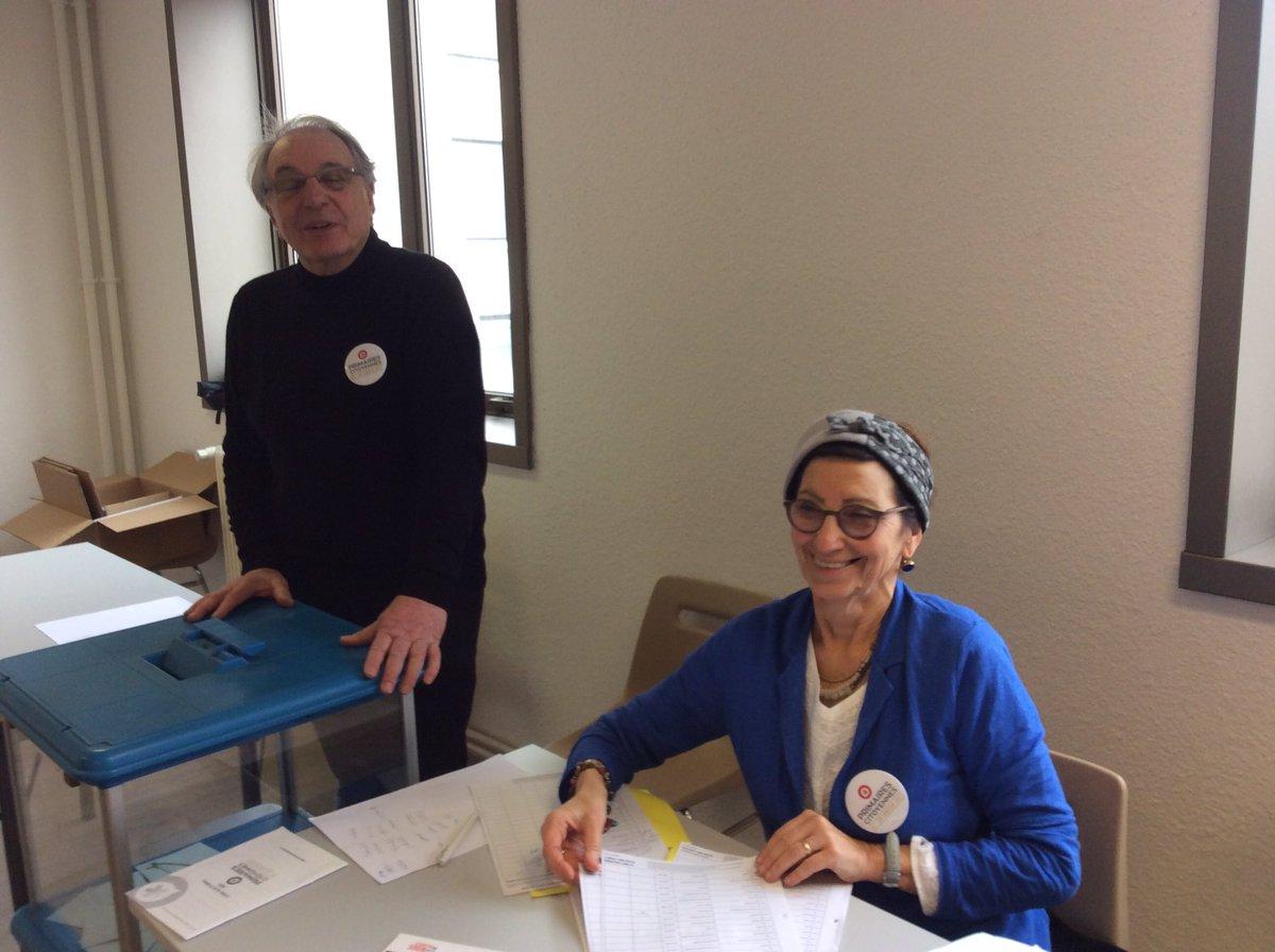 Alain juppé se rend au bureau de vote avec son épouse isabelle et