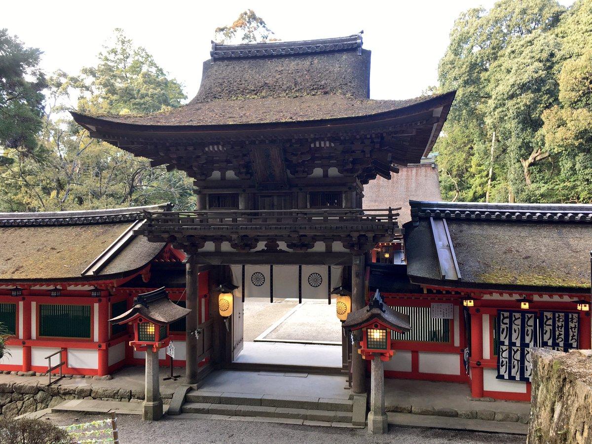 日本最古級の神社、石上神宮に詣でてきました。楼門が圧巻。神使が鶏の神社で、境内には鶏様が放し飼いされ…