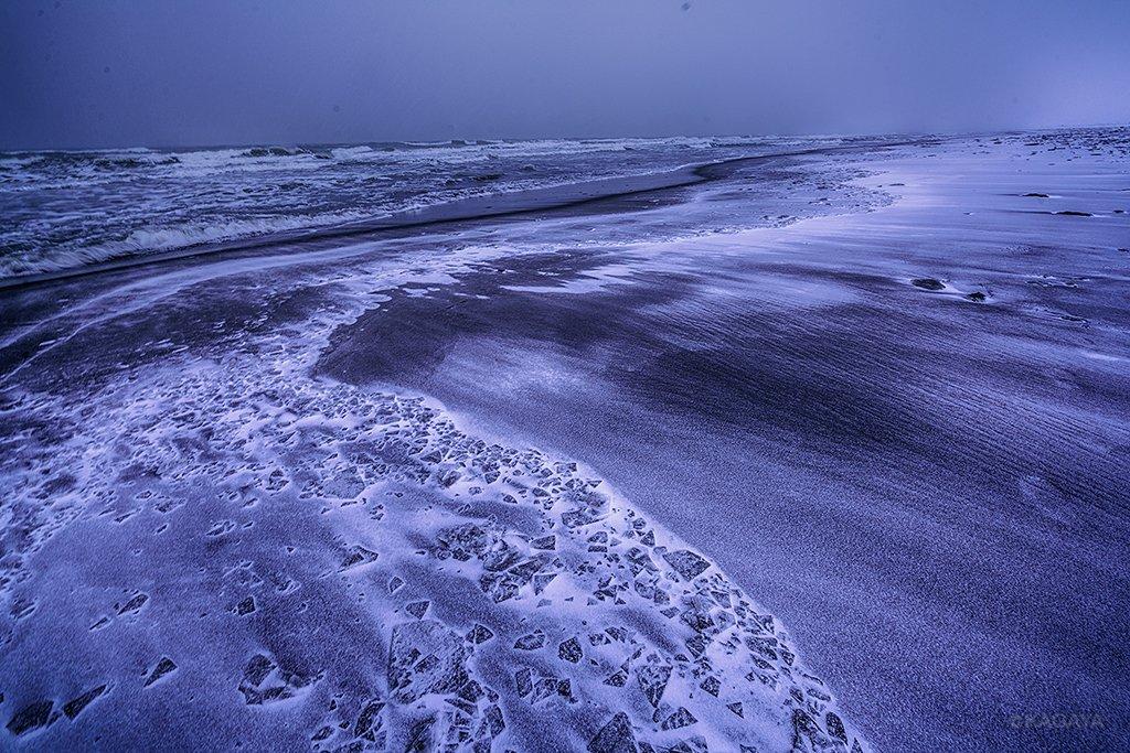 凍てつく渚。氷片が海岸に打ち寄せ、波の形で凍りついていました。雪をかぶり、まるである冬の時間が止まったかのよう。(本日、北海道にて撮影) pic.twitter.com/RombsSkSVu