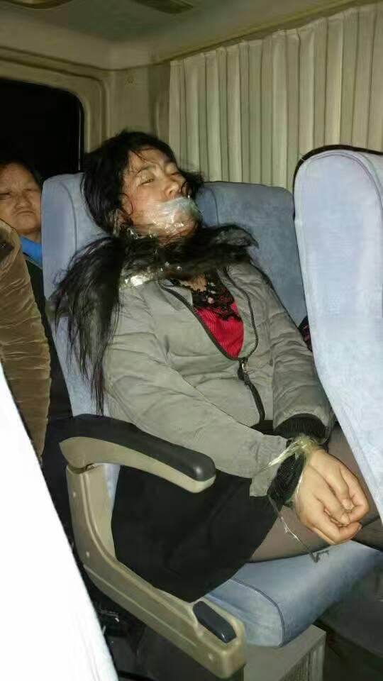 被黑龙江省政府从北京马家楼分流中心接出来的访民李乃秋。在车上被捆绑了二十多个小时。现在我理解为什么许有臣会杀人了,换做是我,一旦脱困,也许也会杀人。 https://t.co/eHxDbf2KRj