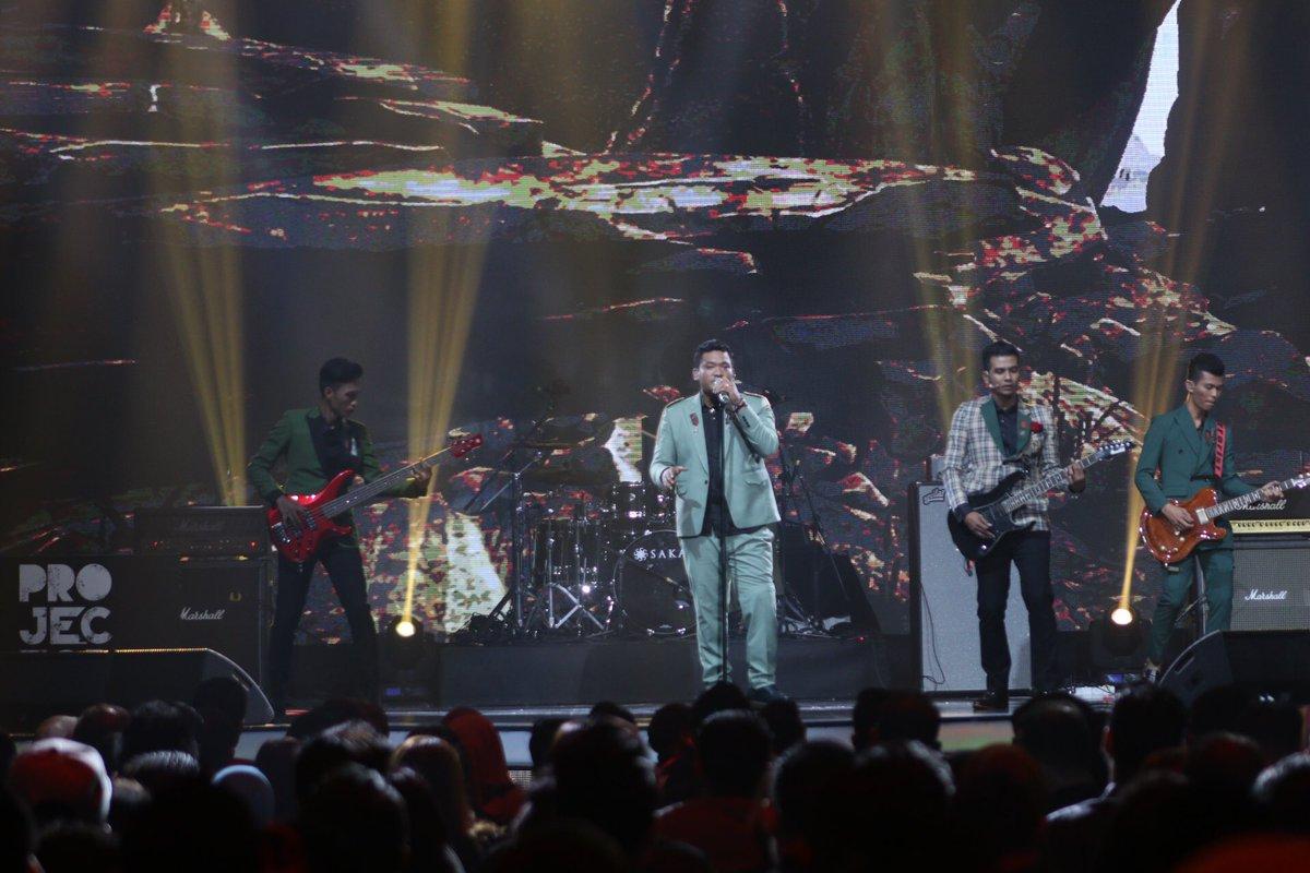 Yeah! Memang terbaik arrangement muzik lagu Projector Band malam ini!...