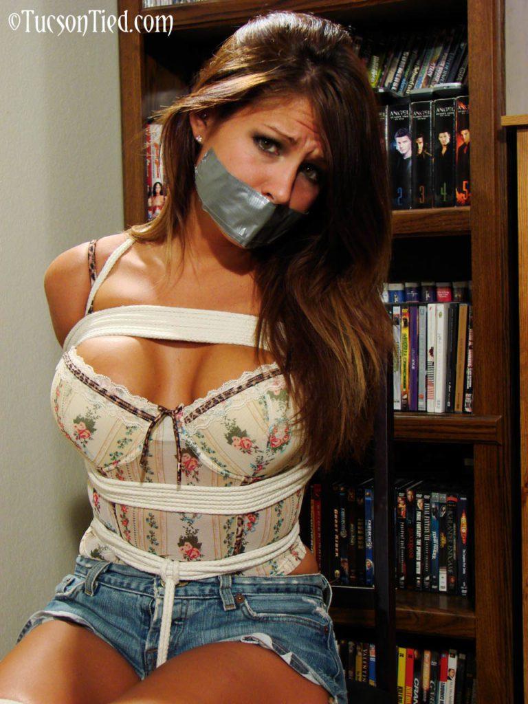 Картинки девушка с заклеенным ртом и связанная