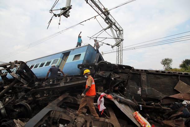 Número de mortos em descarrilamento de trem na Índia sobe para 36 http...