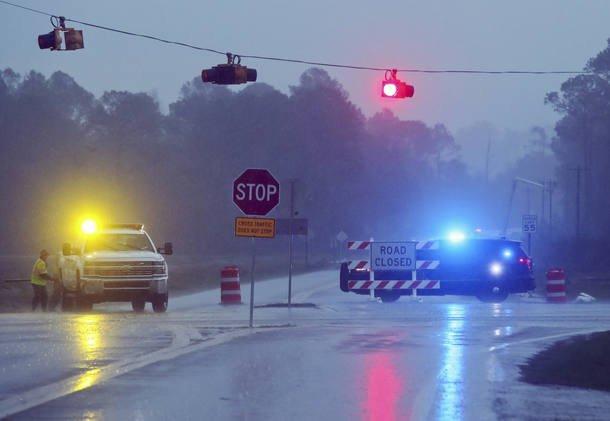 Temporais e tornado deixam 15 mortos no sul dos EUA https://t.co/JSN6r...