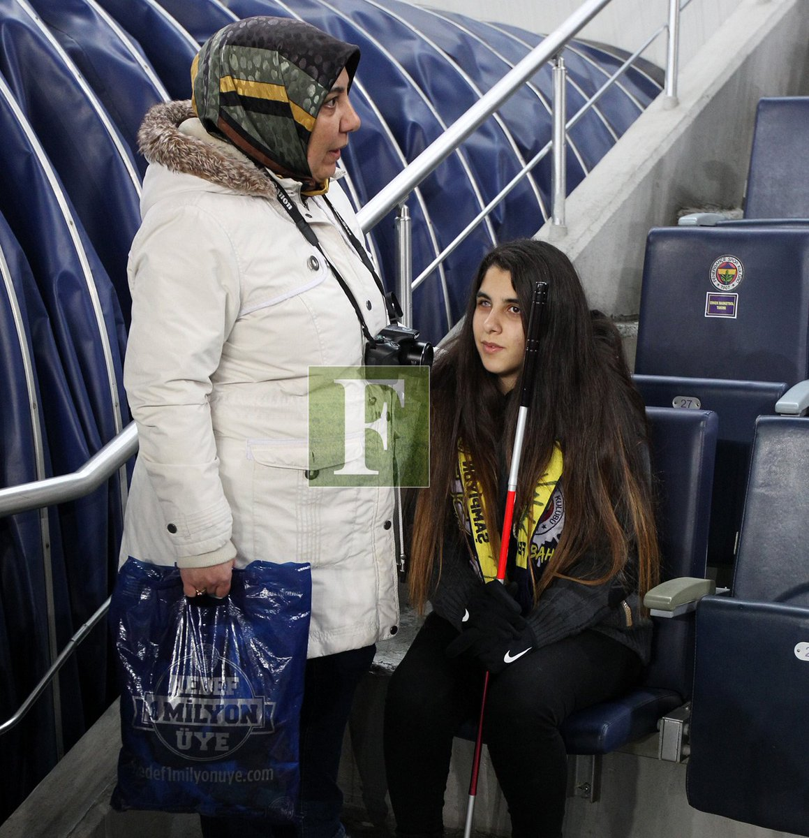 Görme engelli kızına maçı anlatan fedakar anne #Fenerbahçe https://t.c...