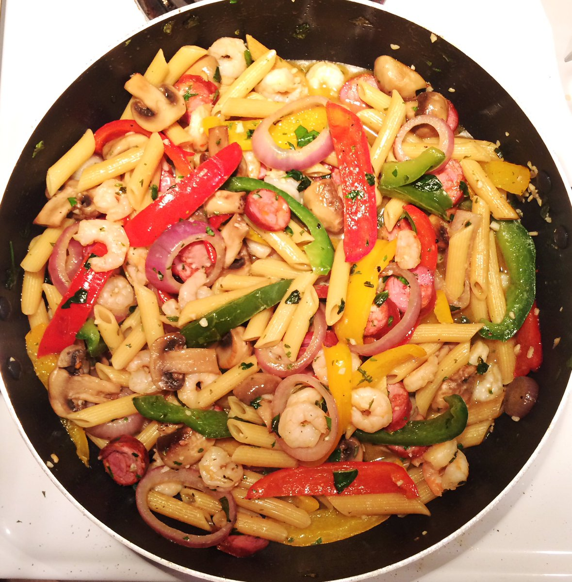 Dimanche après-midi #foodie. Penne aux légumes grillés, crevettes et chorizo. <br>http://pic.twitter.com/l99T8rj5ds