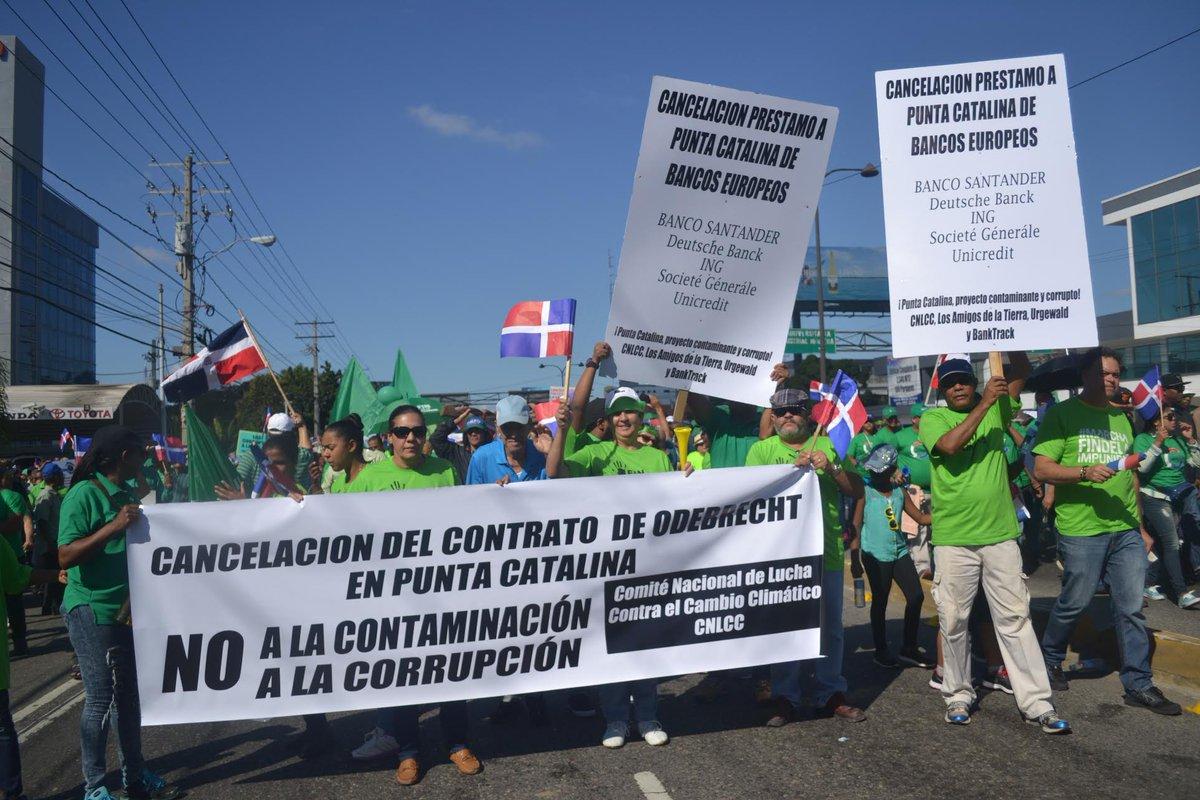 Mobilisation à Saint Domingue contre la #corruption et pour le retrait de @SocieteGenerale du projet de centrale #charbon de #PuntaCatalina<br>http://pic.twitter.com/AmqWQukGHh
