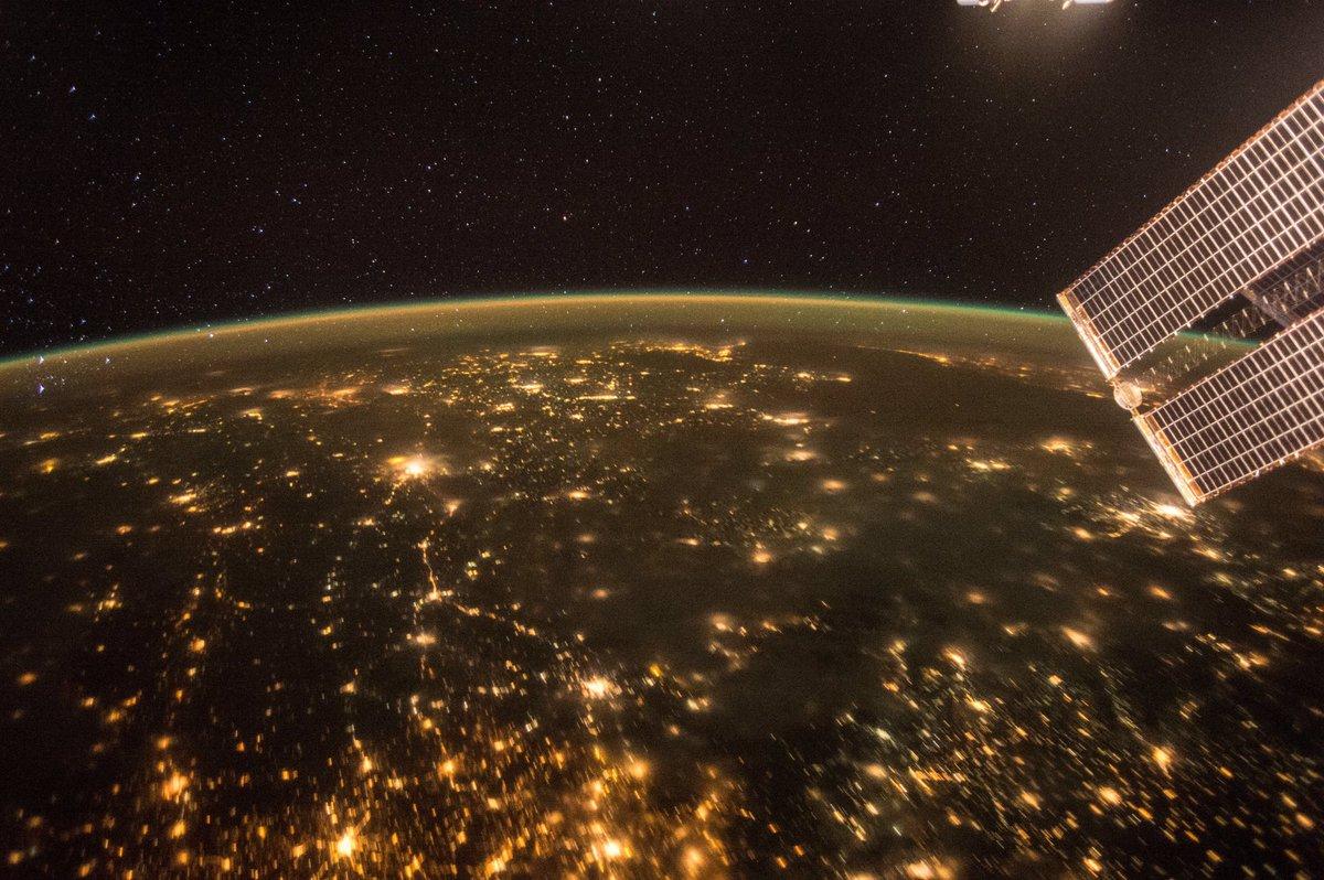 宇宙から見た青い地球は、それはそれは美しく、とても言葉で表すことは出来ないものでした。夜の地球も美し…