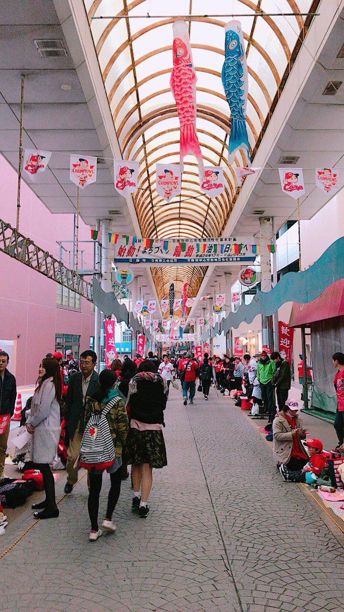 日南パレード準備中!小雨が降ってきましたが…商店街は熱気で溢れています! 広島のときと違い、選手との…