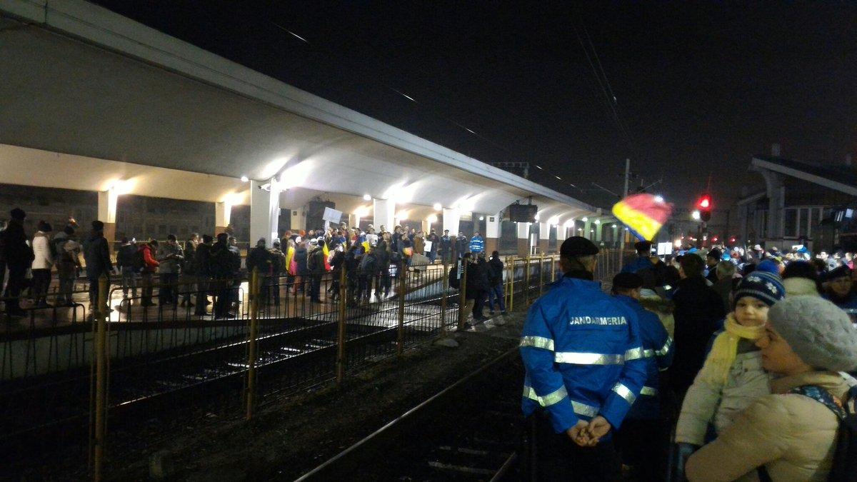 Studenții din Municipiul Cluj-Napoca au luat trenul spre București. Ziceau ceva de plantat flori #neamsaturat pic.twitter.com/T2ldbVib4L