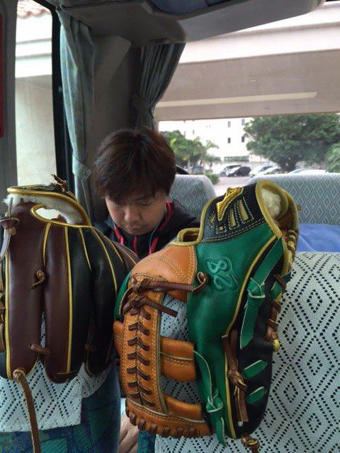 出発前のバスの中。松永投手は音楽を聴きながら集中しています。(広報) #マリーンズ春季キャンプ #c…