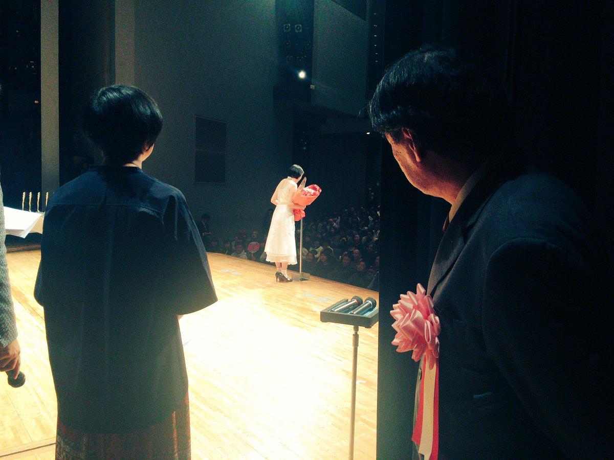 のんさんの審査員特別賞のスピーチを、嬉しそうに、そしてお父さんのように袖から見つめる片渕監督です。 …