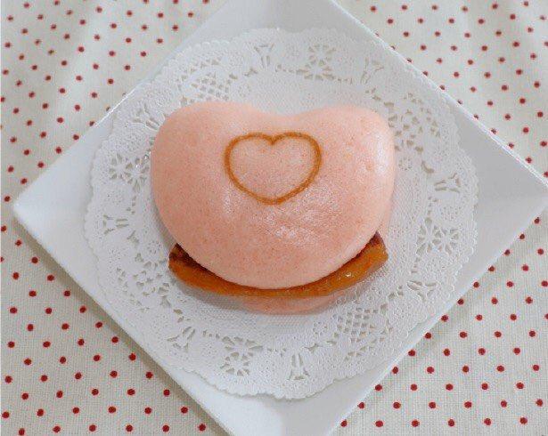 ピンクのハート型!ワンコインで味わえるバレンタイン用「長崎角煮まんじゅう」 walkerplus.c…