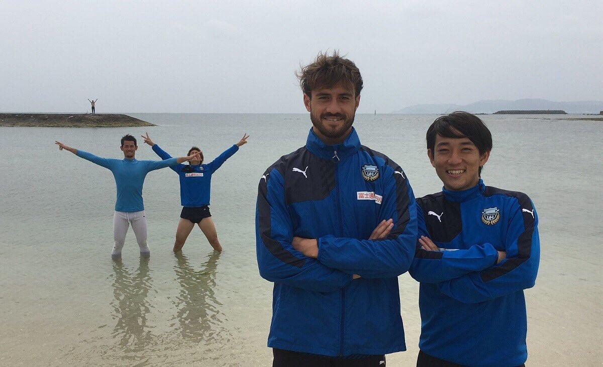 海シリーズ第2弾。マイケルとコウジ、いい笑顔! 後ろに写っているポープとコウも海を満喫してる模様。そ…