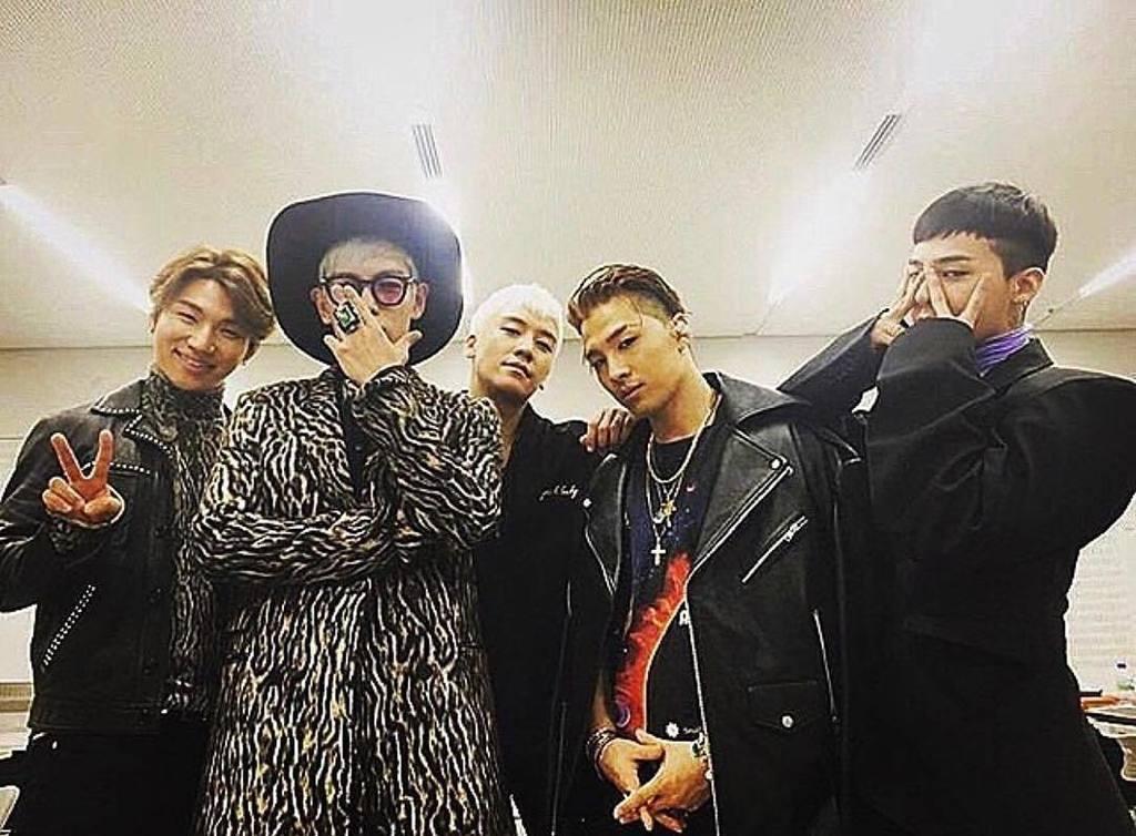 보고싶은 내동생들 너무 보고싶어서 안보고 들어갈꺼다 메롱 My brothers whom I miss. Because I miss them so much I will go (enlist) without seeing them. Boo G-Dragon's comment: Let's meet up! Then at least please do facetime, hyung! Taeyang's comment: Please meet us~ Please..