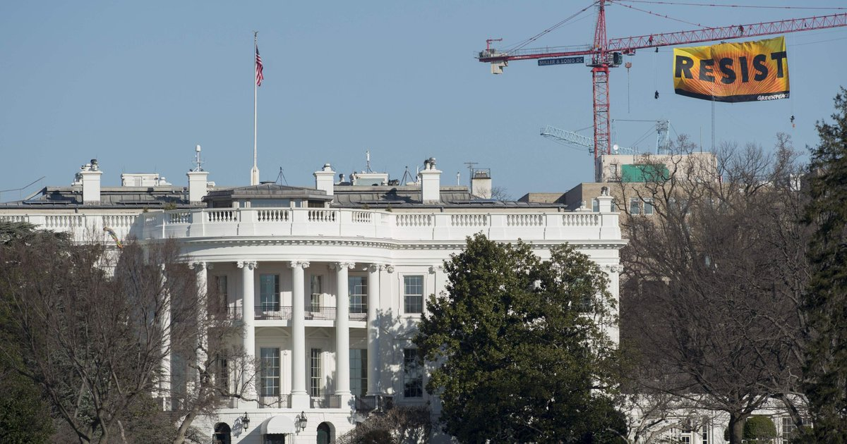 BREAKING NEWS: #RESIST banner flies above White House, crews still attempting to bring it down. https://t.co/Lh3XINQxS4