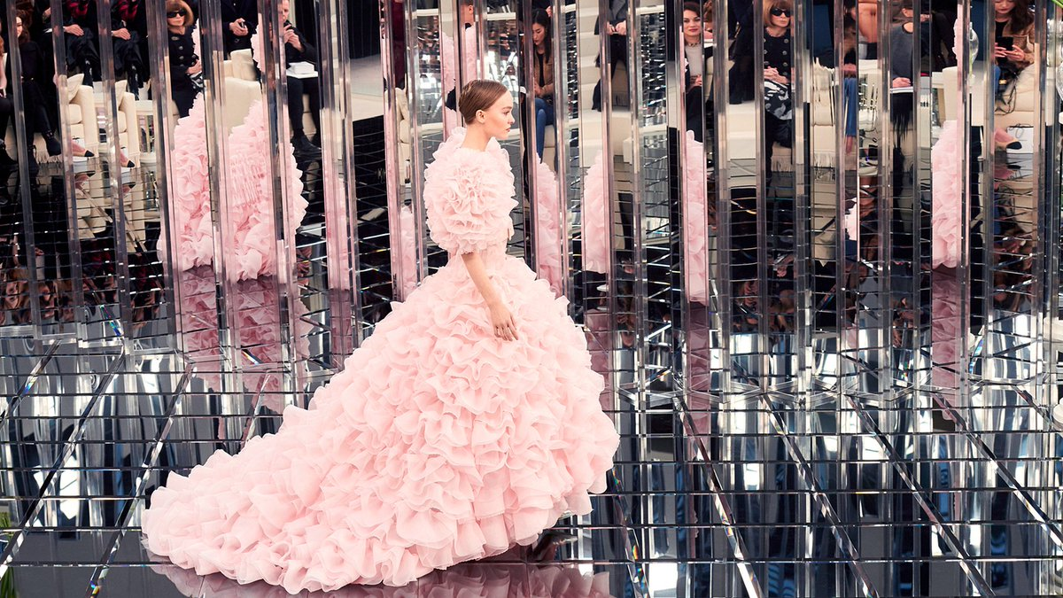 Lily-Rose Depp, bride of the Spring-Summer #ChanelHauteCouture show. #HC17 More on https://t.co/isGlY3Rh9T