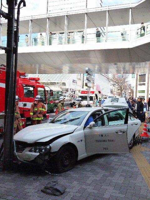 中野消防署では、平成29年1月19日午前11時5分頃、中野区中野五丁目31番中野駅北口信号付近で、タ…