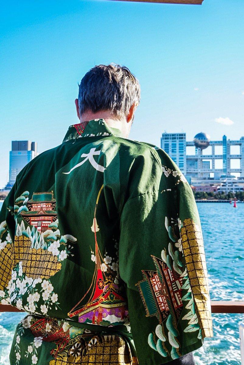 マッツさんファンの皆様へ。皆様からの御要望が多かったので、昨日の屋形船を紹介します。衣裳もカラオケも…