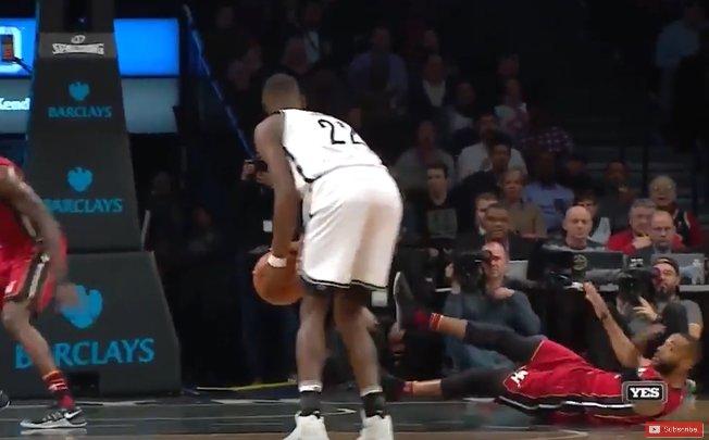 【影片】你的腳踝還好嗎?LeVert死亡變相晃倒對手 直接在地上打滾…
