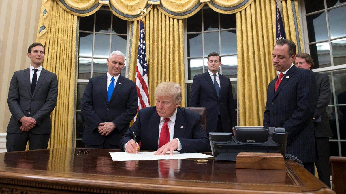 trump hangt gouden gordijnen in oval office net als bush en clinton https