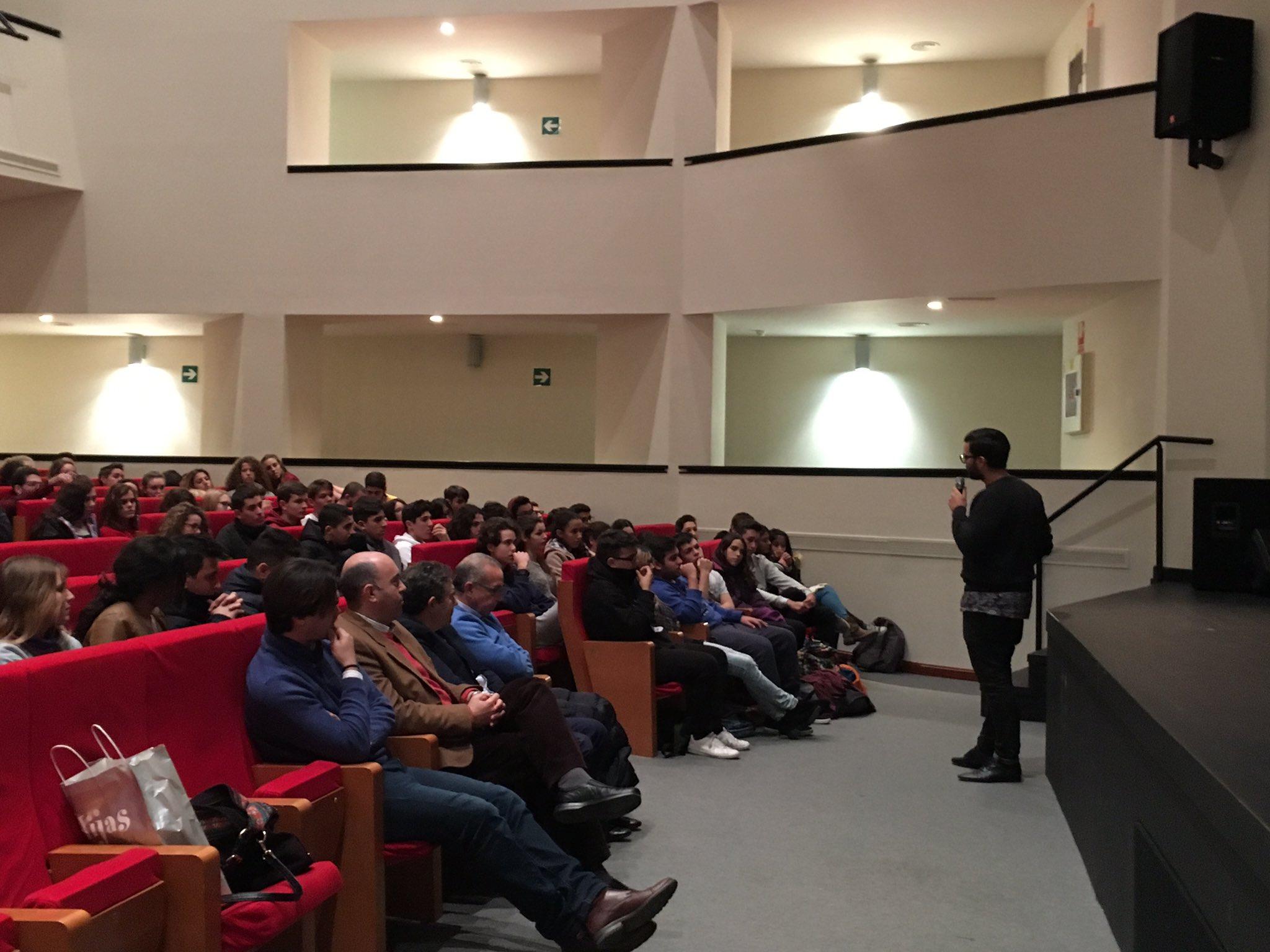 el director de @TheOtherKidsDoc @pablodelachica dando respuestas a las inquietudes del alumnado #masqgol https://t.co/6FvbNW9dw1